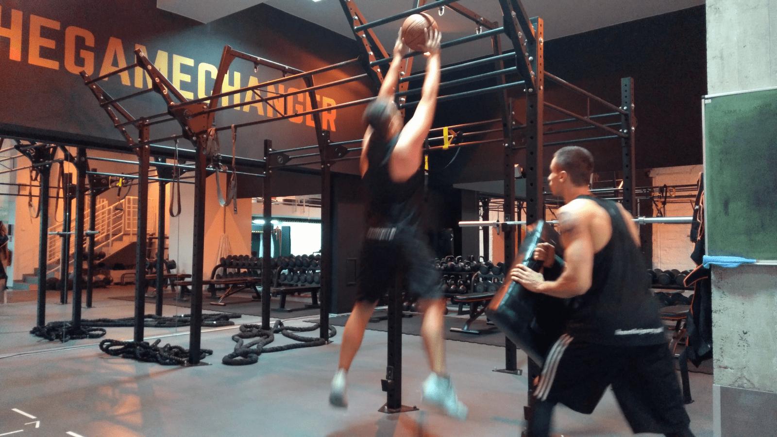 trening wyskoku do zbiórki i ataku w koszykówce - Maciek